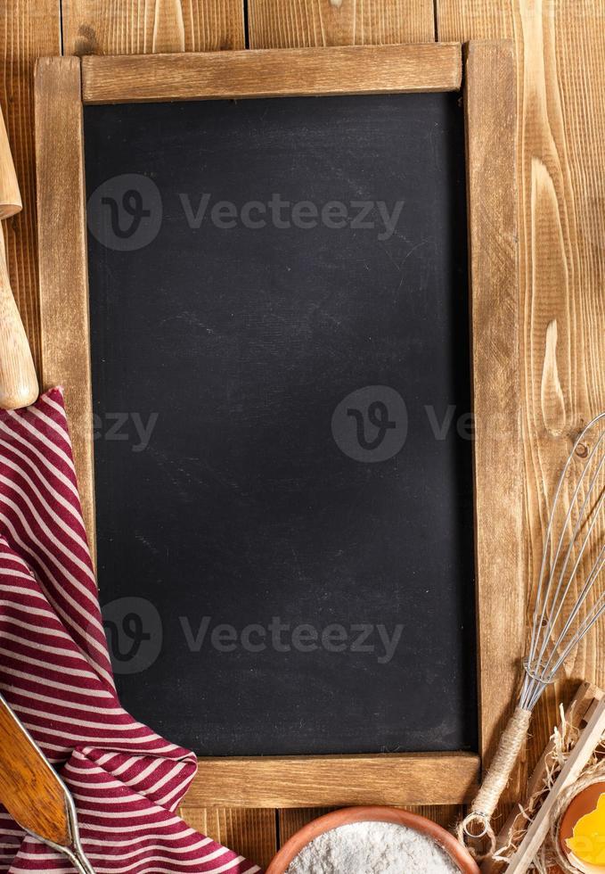 Zutaten zum Backen auf Holzhintergrund mit Kreidetafel foto