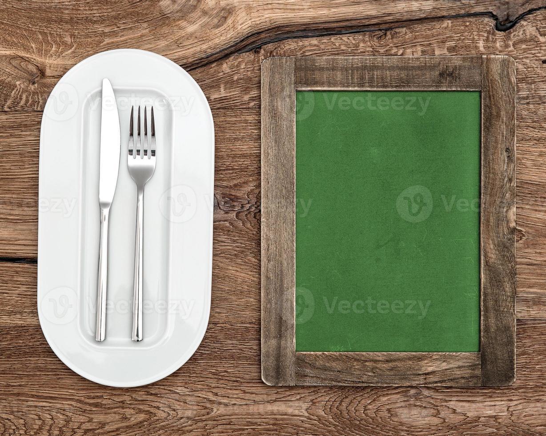 Tafel für Menü oder Rezept. grüne Tafel mit weißer Platte foto