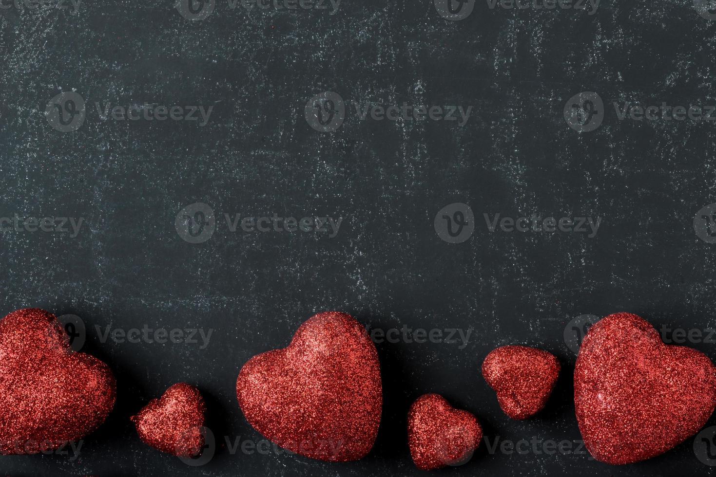rote Herzen an einer Tafel zum Valentinstag foto