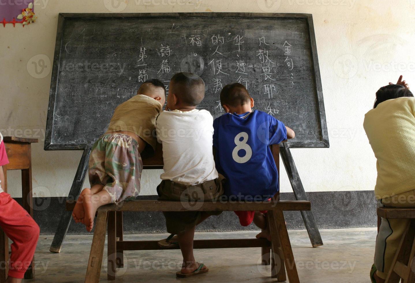 Gruppe chinesischer Kinder in der Schule vor einer Tafel foto