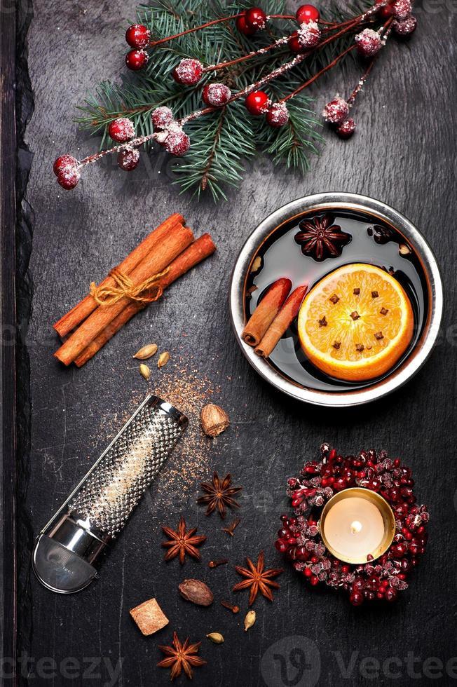 Weihnachten Glühwein und Gewürze. Kreidetafel Hintergrund foto