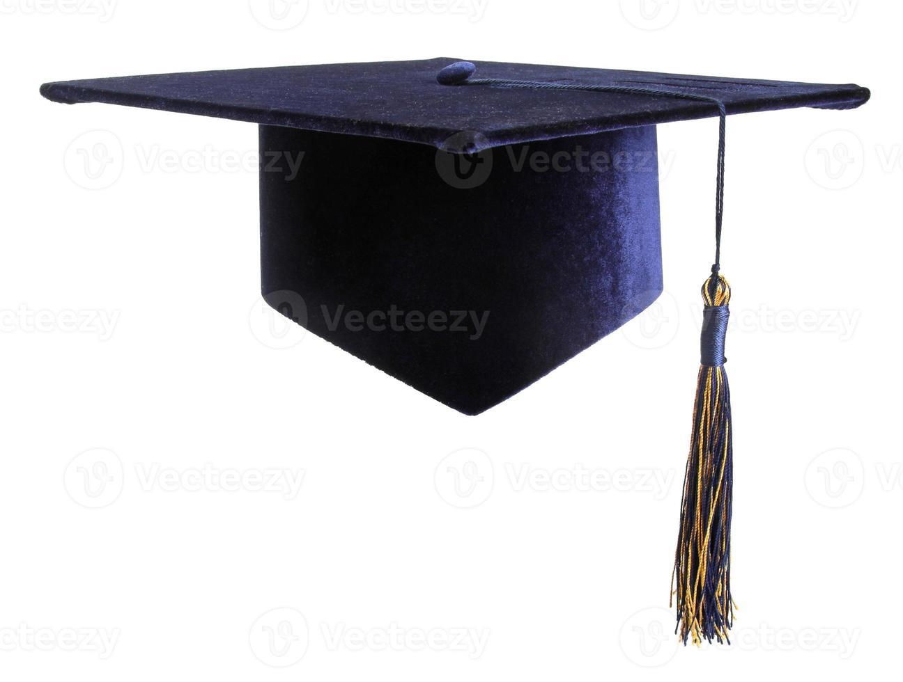 Bildung Studentenmütze isoliert auf weiß foto