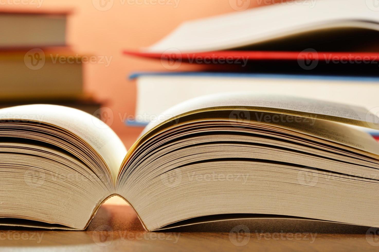 Komposition mit Büchern auf dem Tisch foto