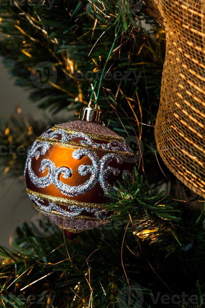 verbrannte orange Kugel auf Weihnachtsbaum foto