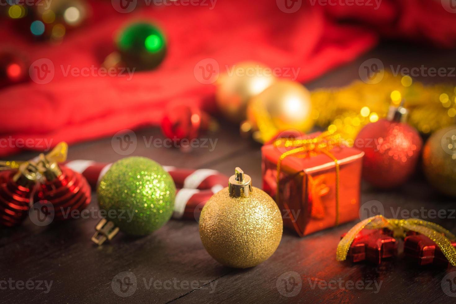 rote Verzierung des Weihnachtshintergrundes, goldene Geschenkbox, Beeren foto