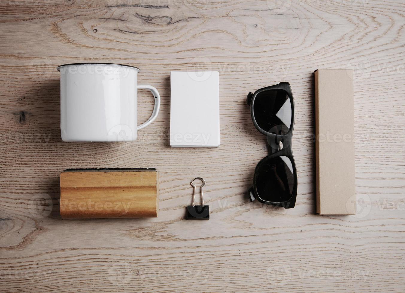 Draufsicht auf ein Büroelemente und eine Sonnenbrille auf der foto