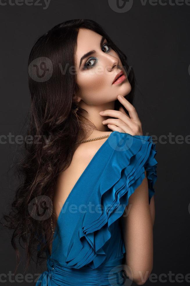 schöne Frau in einem blauen Kleid foto