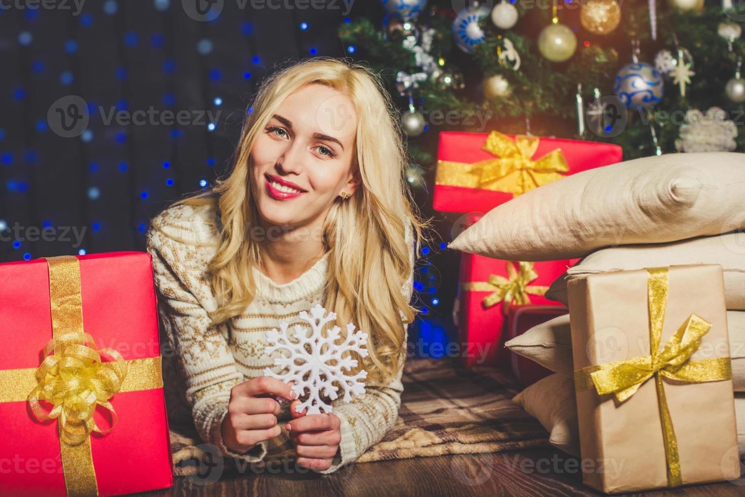 glückliches Mädchen hält Schneeflocke, Weihnachtszeit foto