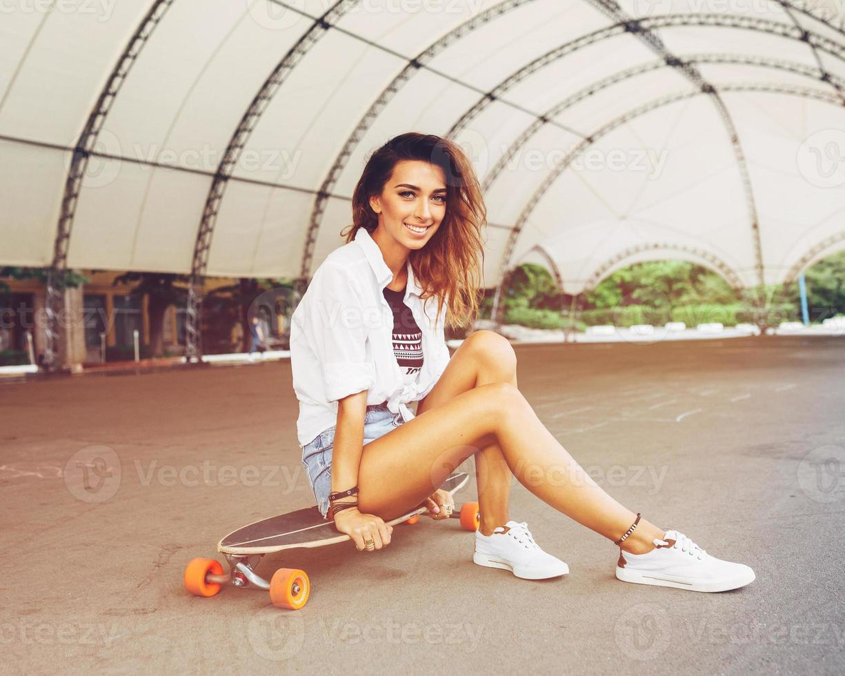 Mode Lifestyle, schöne junge Frau mit Longboard foto