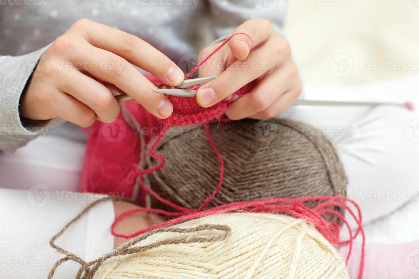 kleines Kind lernt stricken. Lebensstil - Kindheit foto