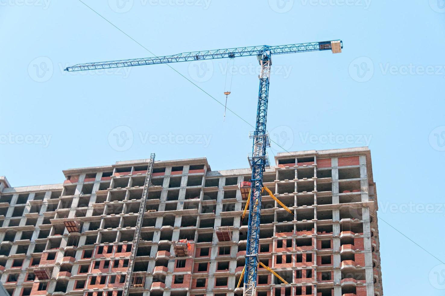 Turmkran auf der Baustelle moderner Gebäude und Wolkenkratzer foto