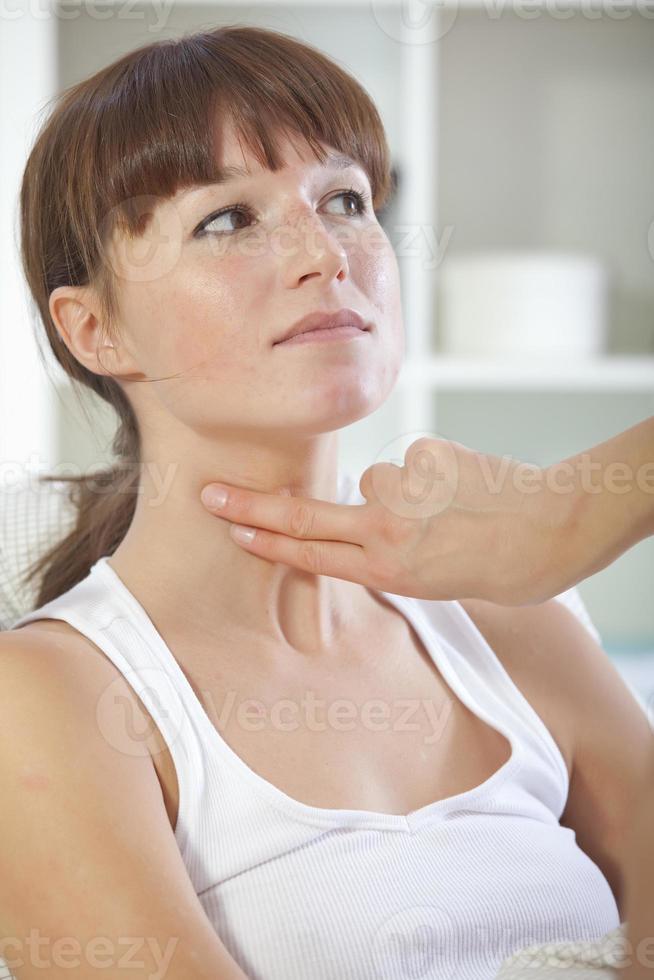 Arzt prüft den Puls am Hals foto