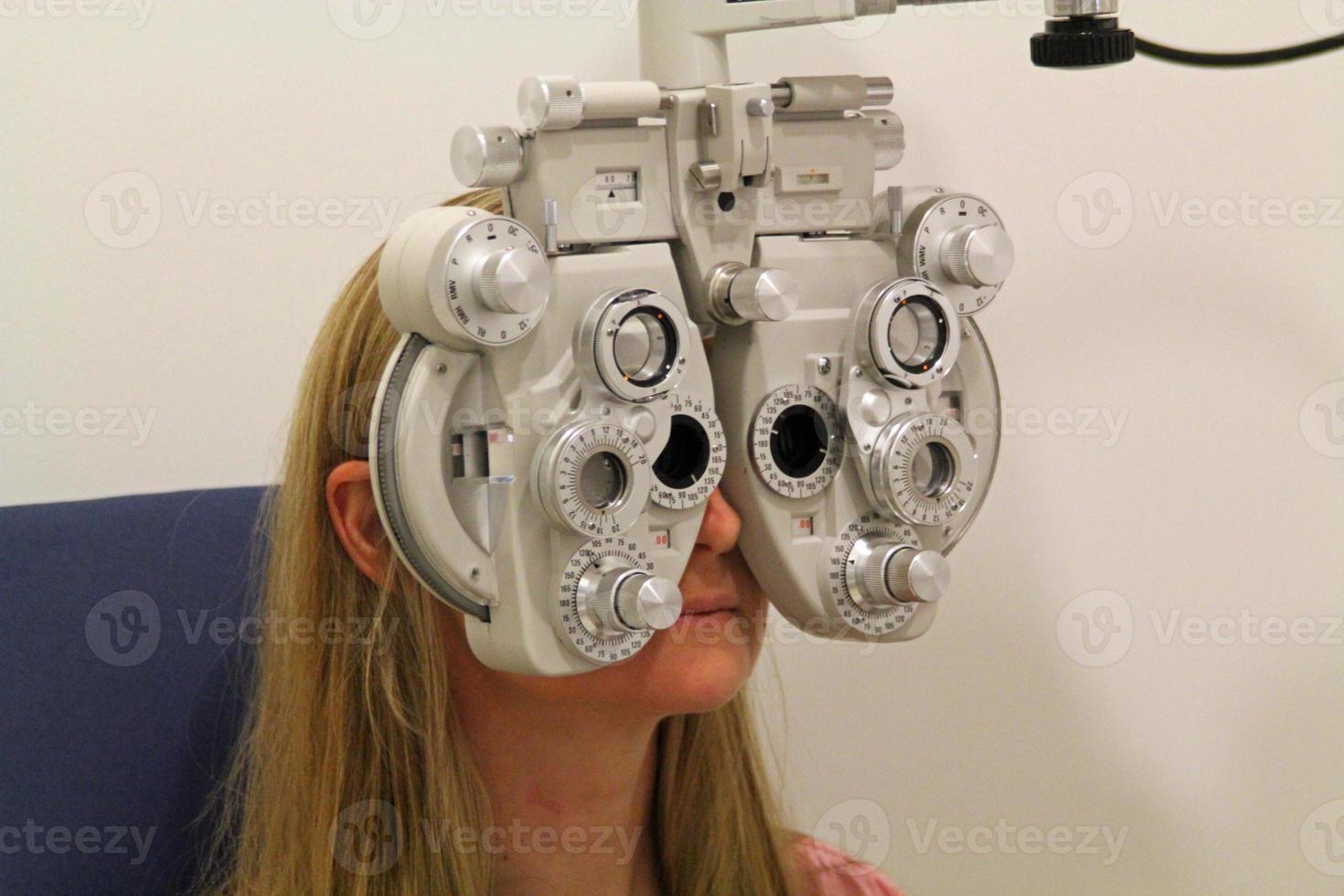 Augenuntersuchung mit einem Phoroptor foto