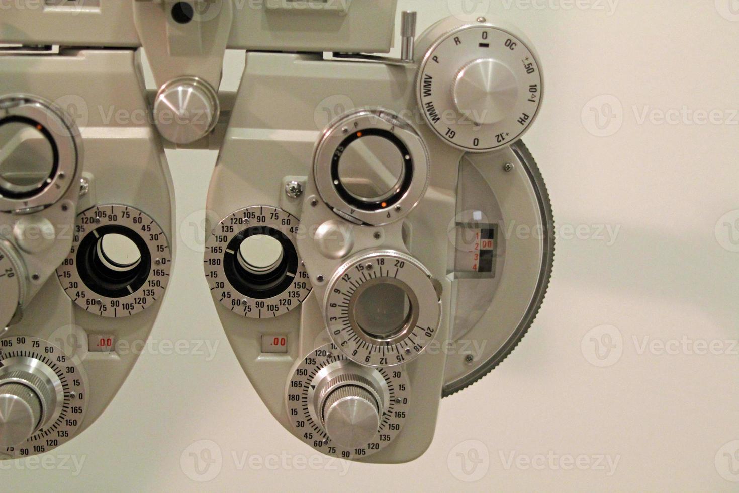 Nahaufnahme des Phoroptors eines Augenoptikers foto