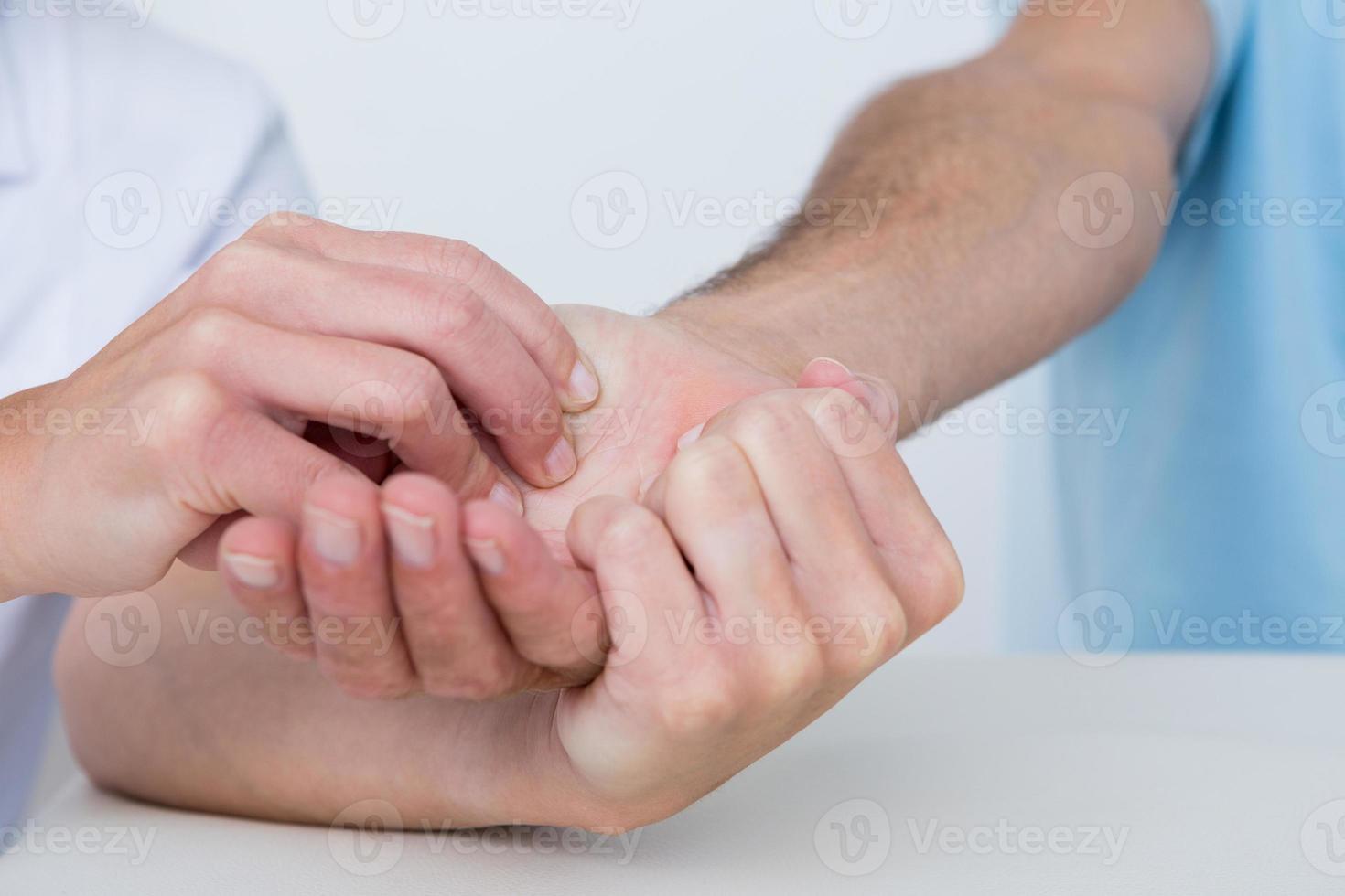 Arzt macht Handmassage foto