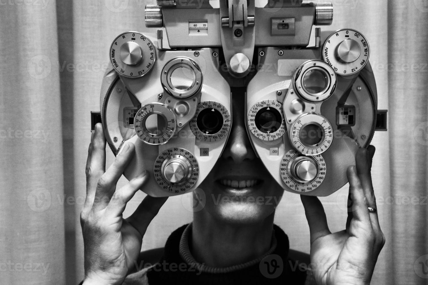 Der Augenarzt überprüft die Sicht auf einen Patienten foto