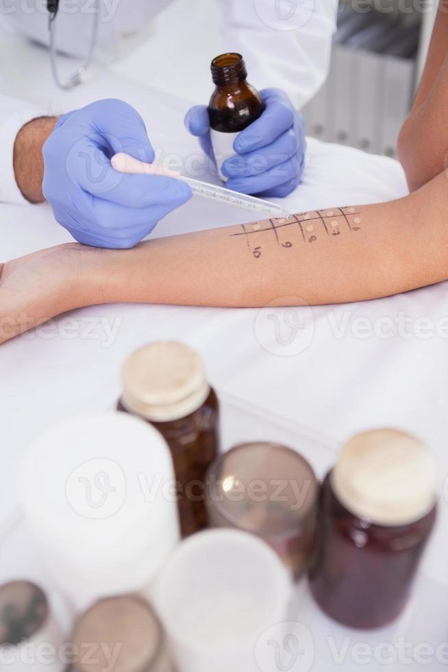 Arzt führt einen Hautstich-Test durch foto