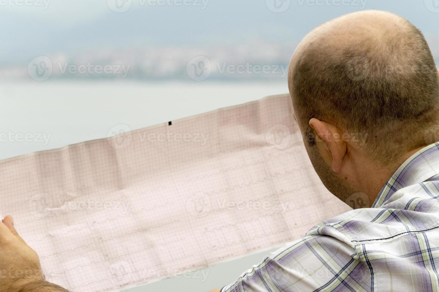 Der Patient sucht nach Kardiogrammergebnissen foto