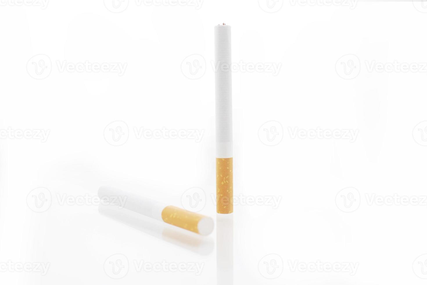 Zigarette lokalisiert auf einem weißen Hintergrund foto