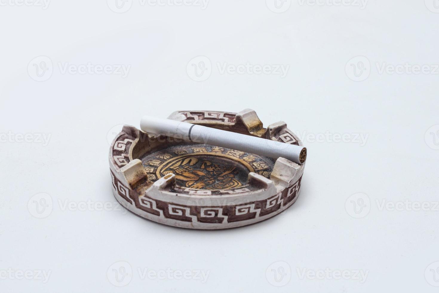 Aschenbecher und eine ganze Zigarette foto