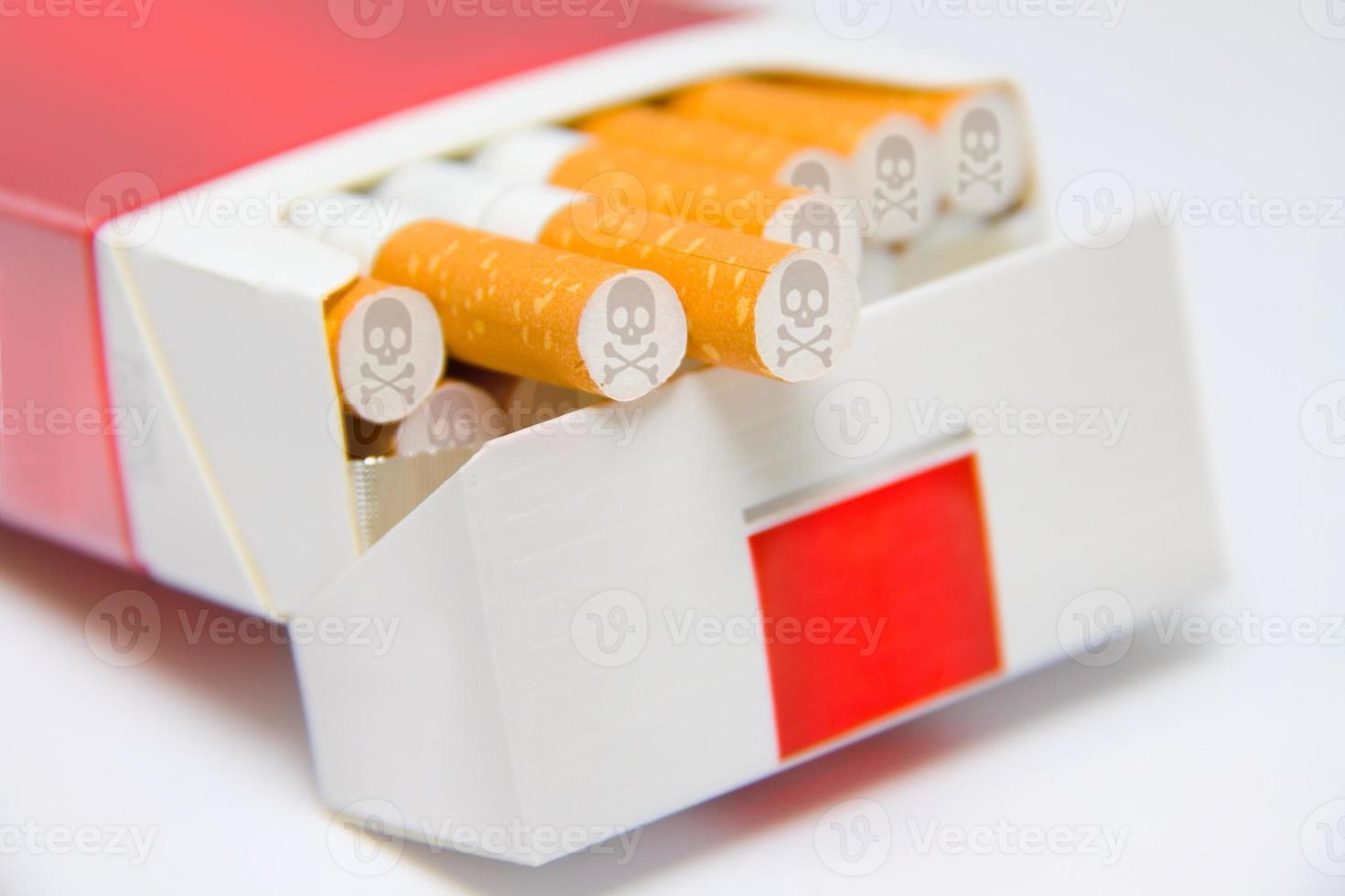 Zigaretten in Schachtel mit Totenkopfzeichen foto