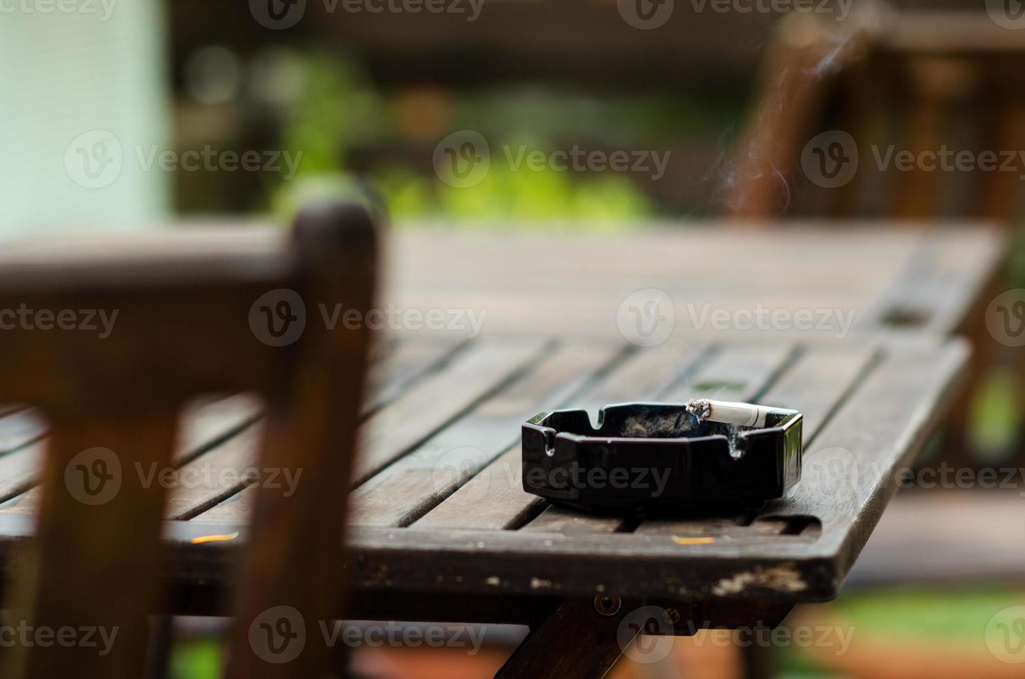 Aschenbecher mit Zigarette foto