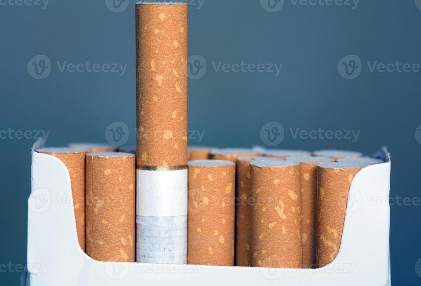 Packung Zigaretten mit Filtern in der Nähe foto