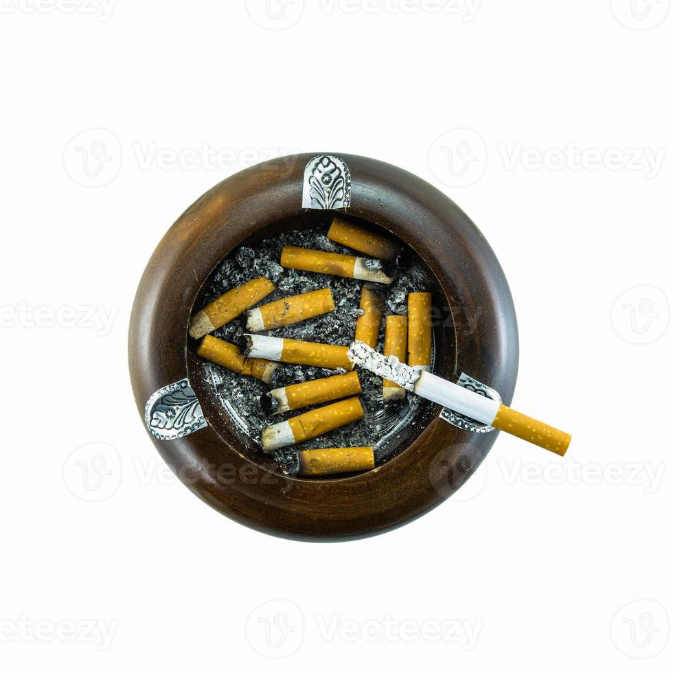 Draufsicht der brennenden Zigarette im Aschenbecher foto