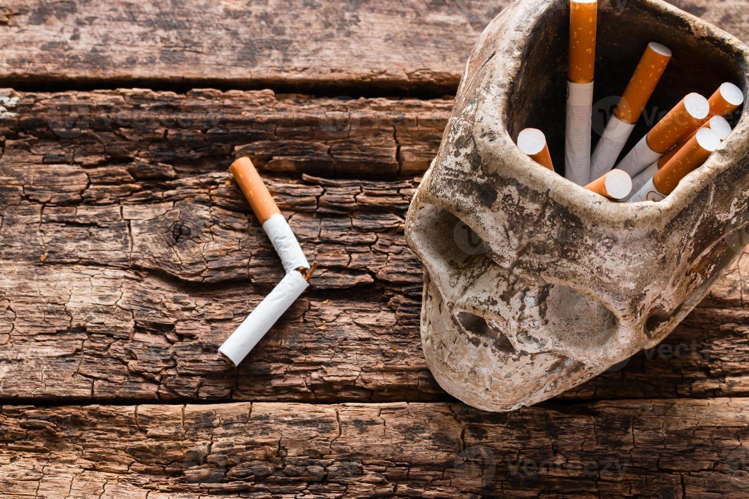 Zigarette im Aschenbecher in Form eines Schädels foto