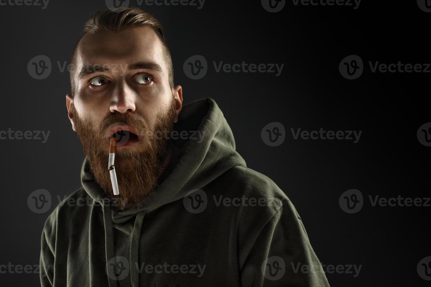 Porträt eines jungen Mannes, der mit dem Rauchen aufhört foto
