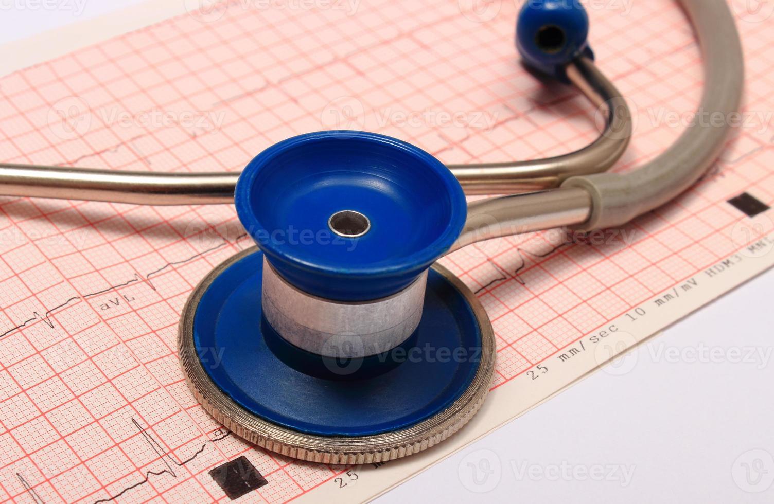 Stethoskop mit Elektrokardiogramm-Diagrammbericht foto