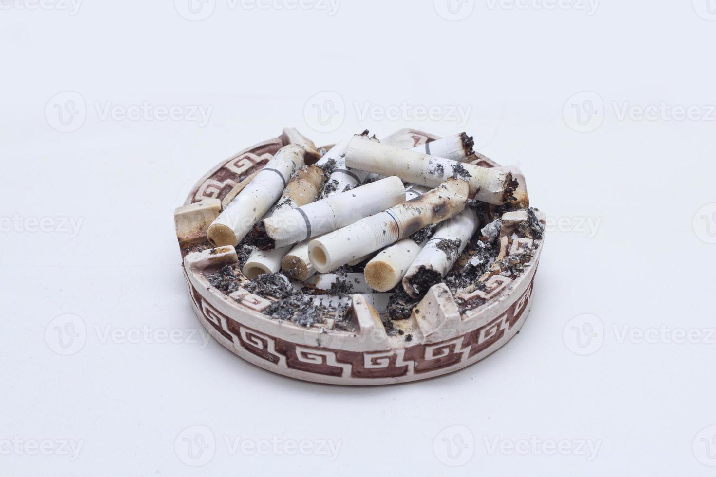 viele Zigaretten in einem Aschenbecher foto