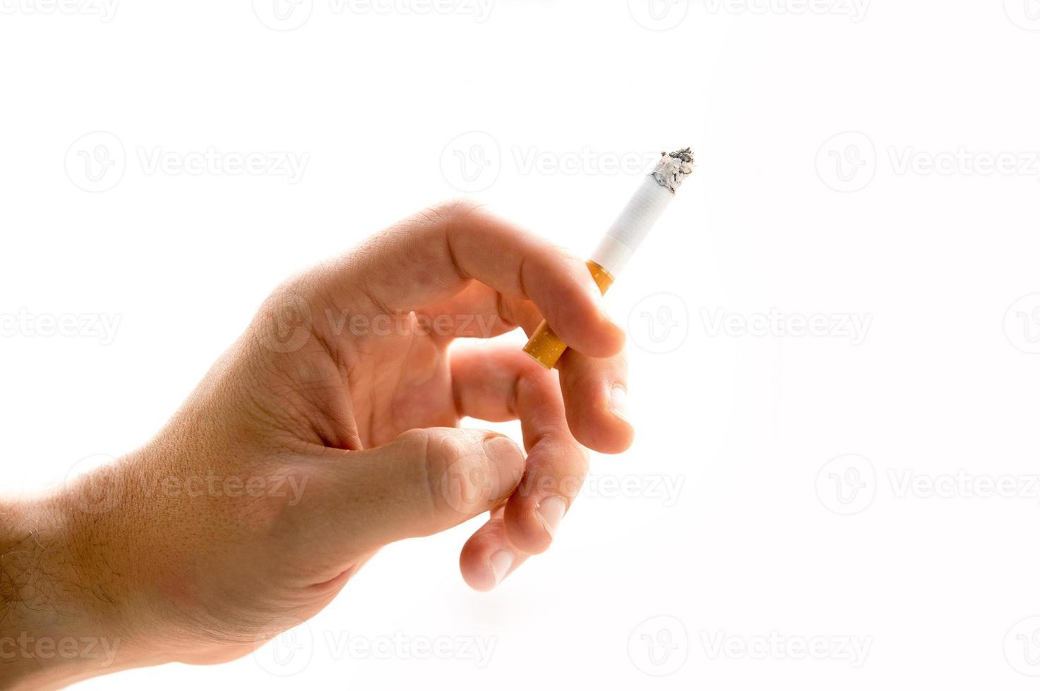 männliche Hand, die eine Zigarette hält foto