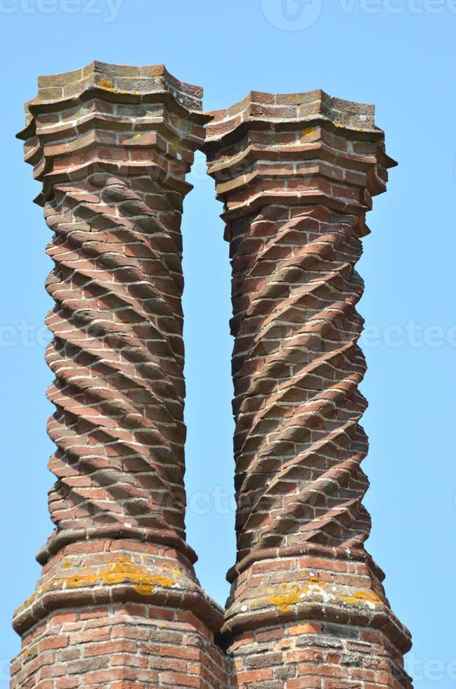 zwei elisabethanische Schornsteine foto