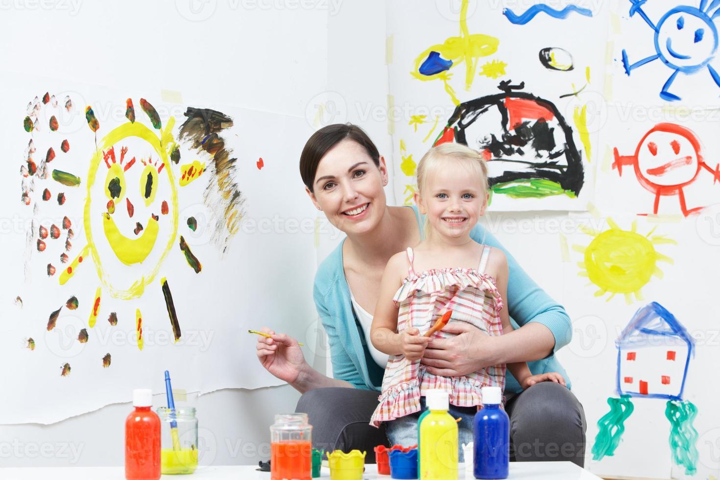 Lehrer und Schüler im Kunstunterricht im Vorschulalter foto