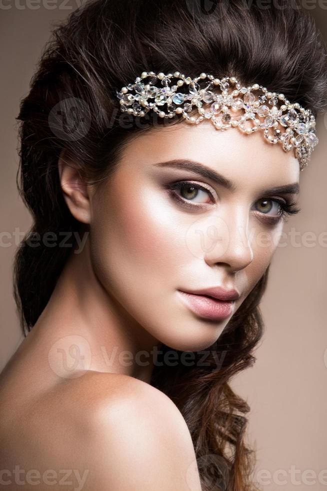 Nahaufnahmeporträt der schönen Frau mit hellem Make-up foto