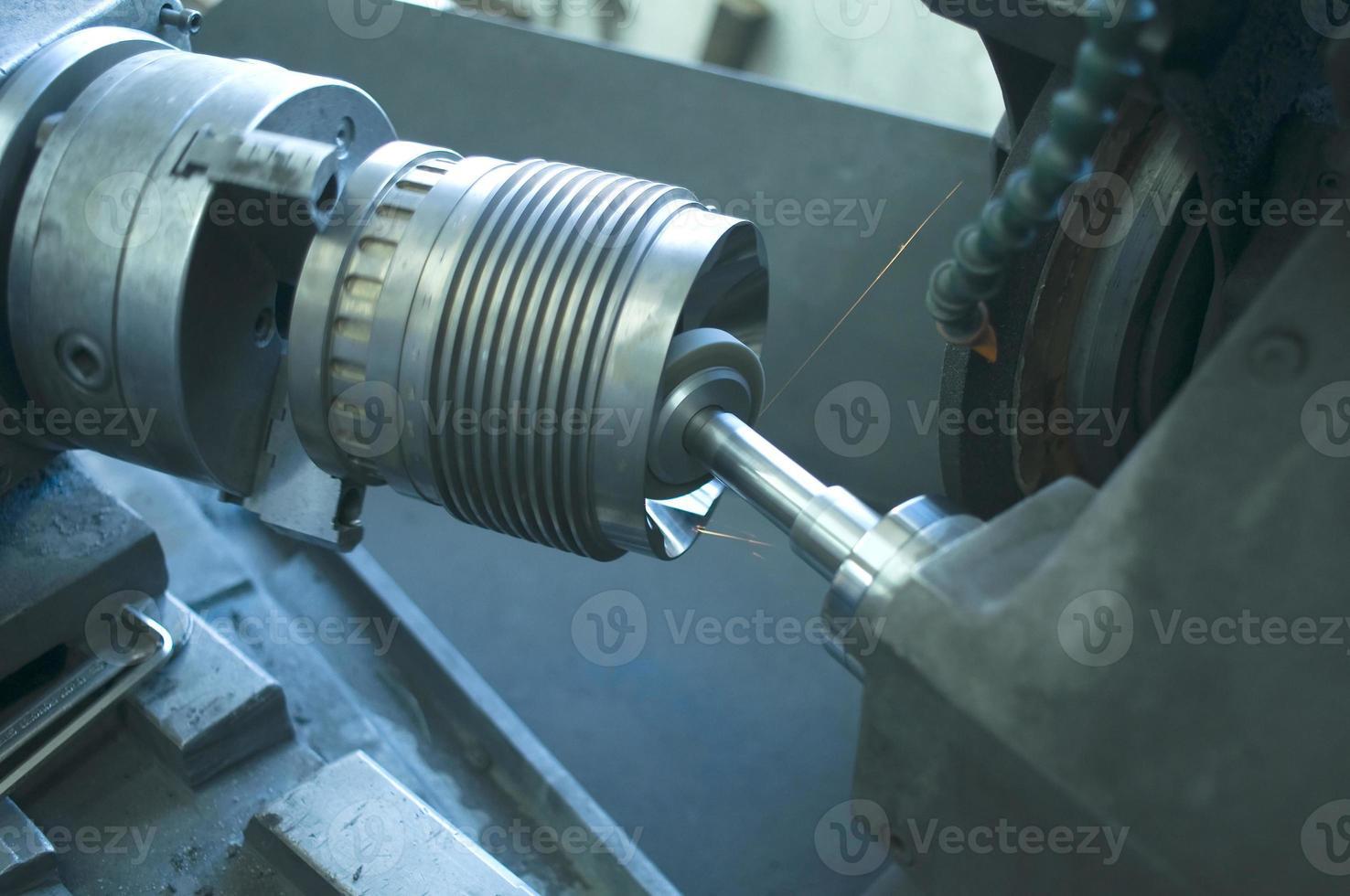 Bearbeitung von Drehmaschinen zum Drehen von Stahl in einer Produktionsanlage foto