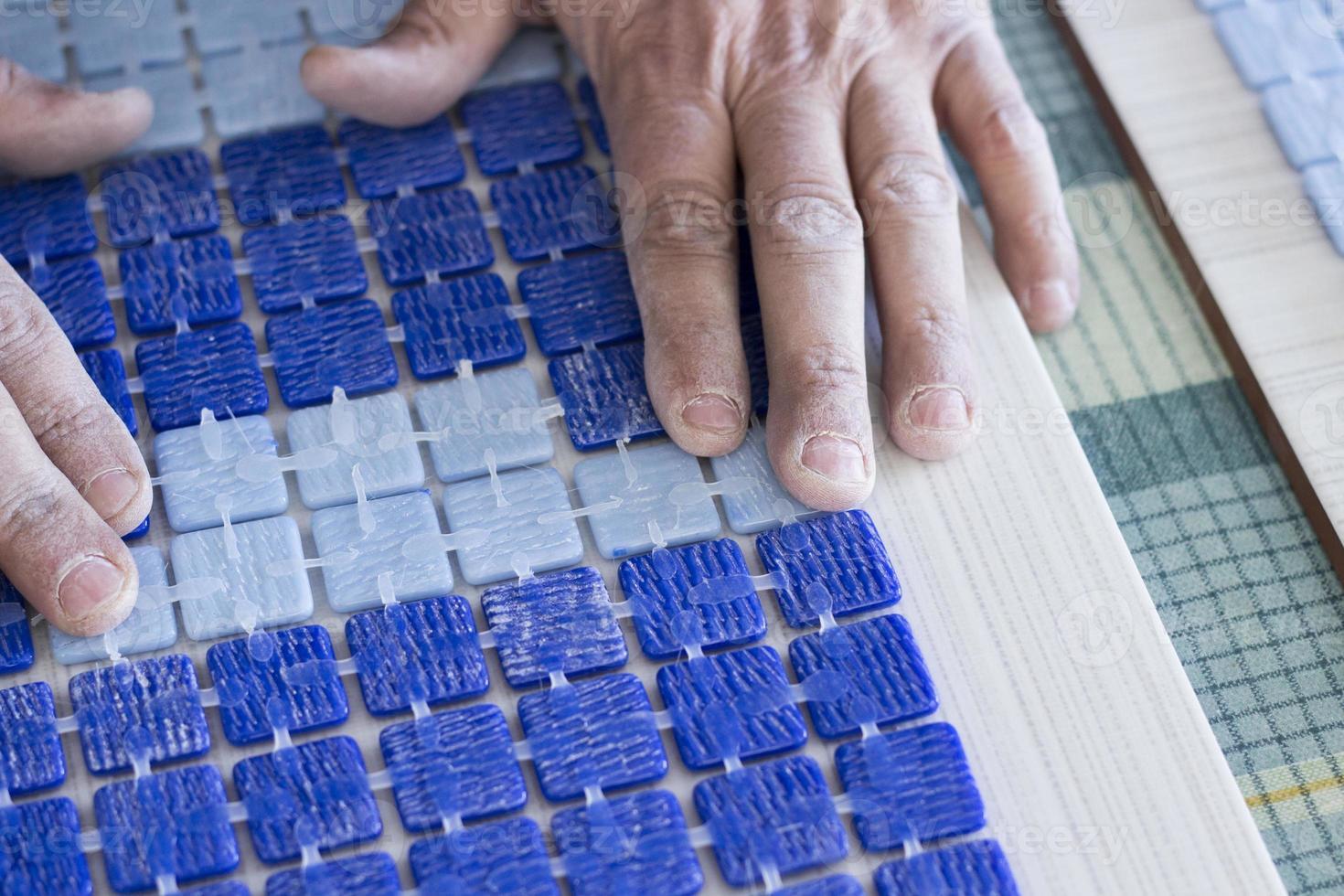 Herstellung von Mosaikfliesen foto