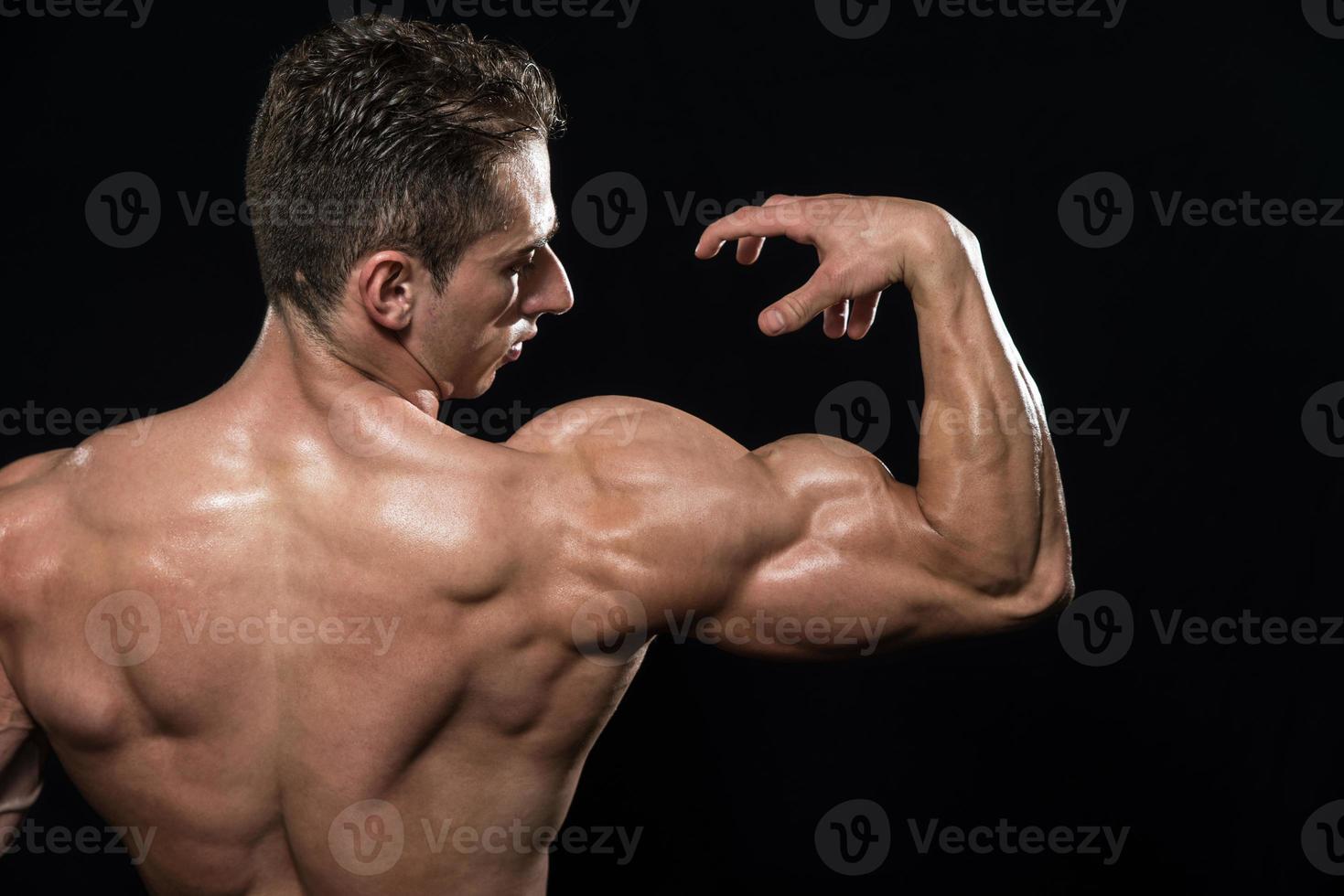 Bodybuilder zeigt Bizeps foto