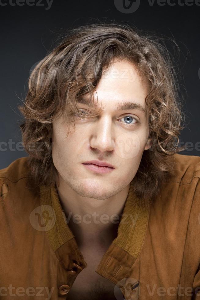 Porträt eines jungen Mannes. foto