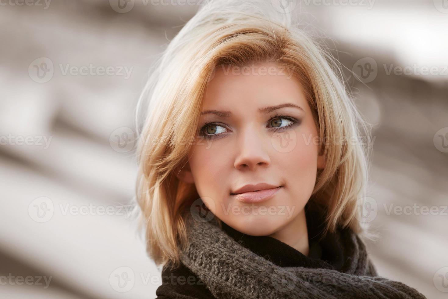 junge Blondine auf der Straße foto
