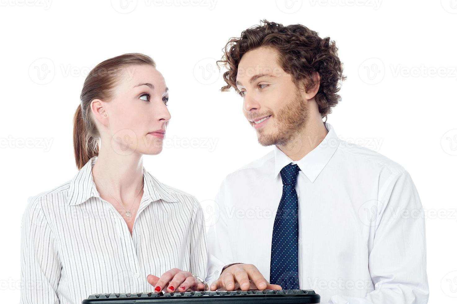 junge Sekretärinnen tippen Tastatur ein foto