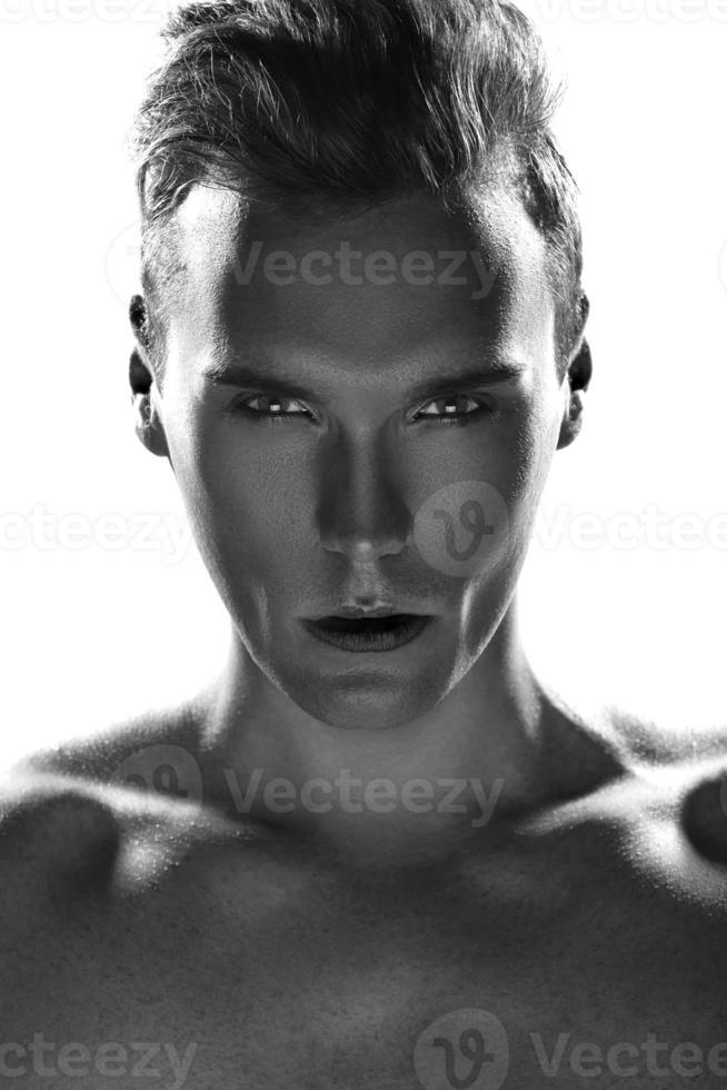Nahaufnahmeporträt eines hübschen jungen Mannes foto