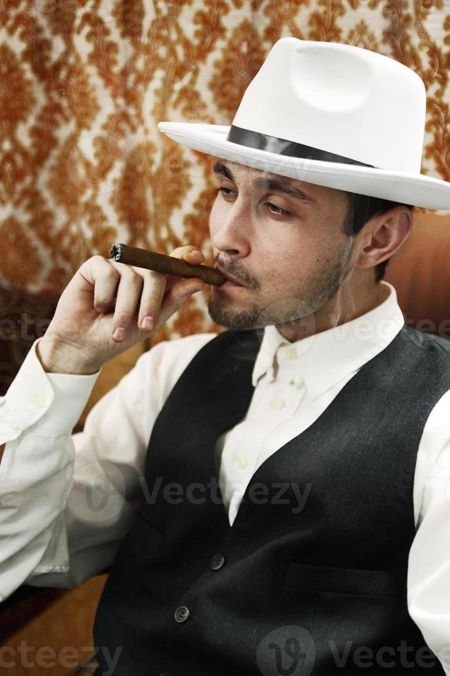 Mann mit Zigarre foto