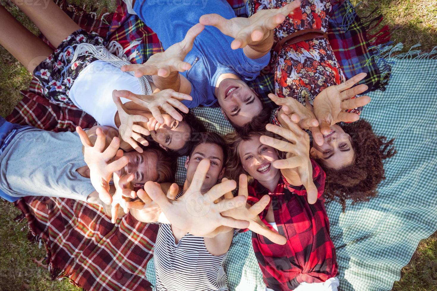 glückliche Freunde im Park beim Picknick foto