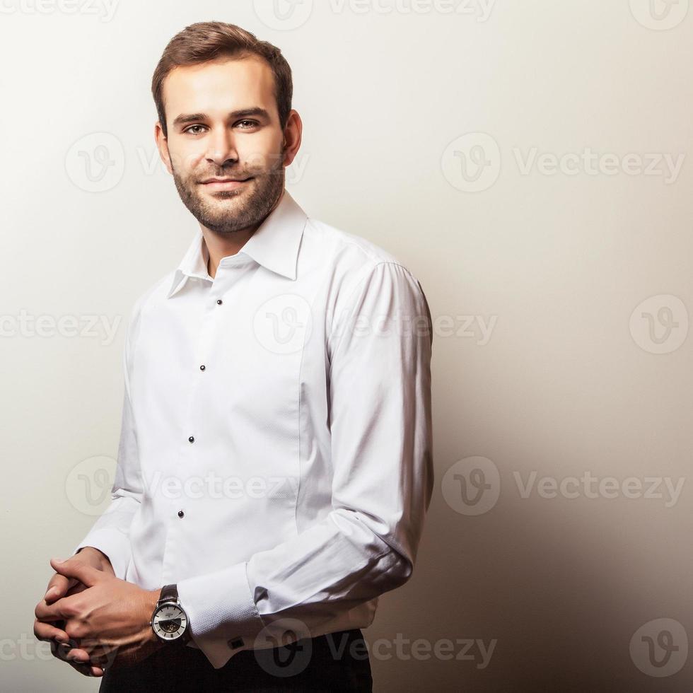 eleganter junger hübscher Mann im weißen Hemd. Studio Mode Porträt. foto
