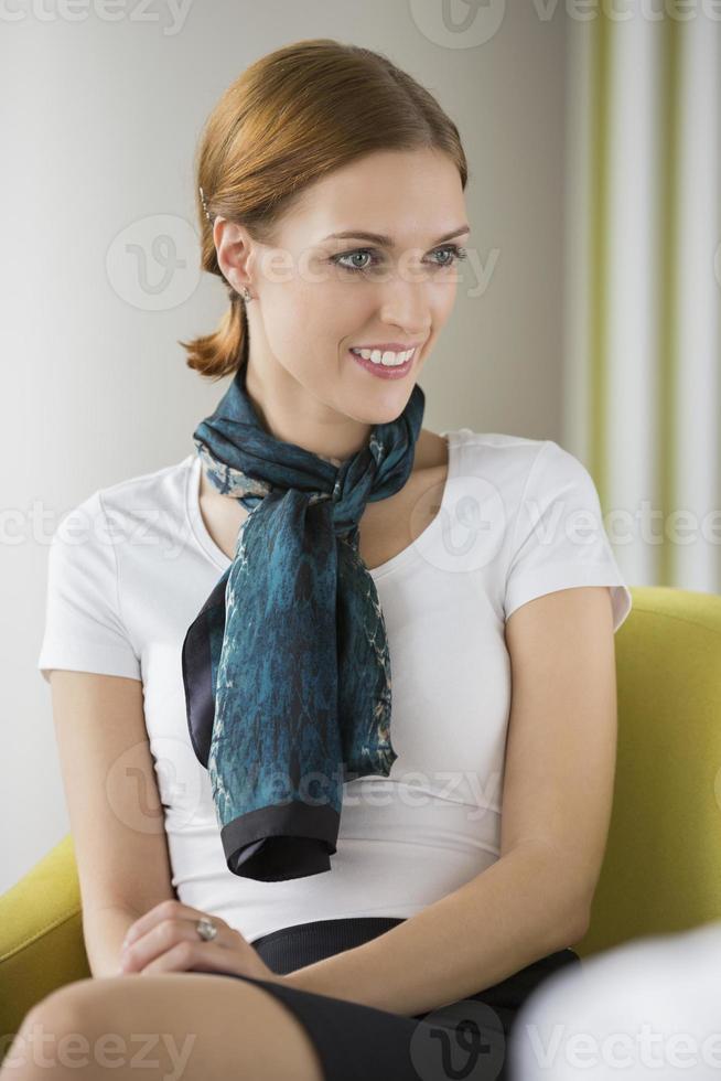 schöne junge Geschäftsfrau sitzt in der Lobby foto
