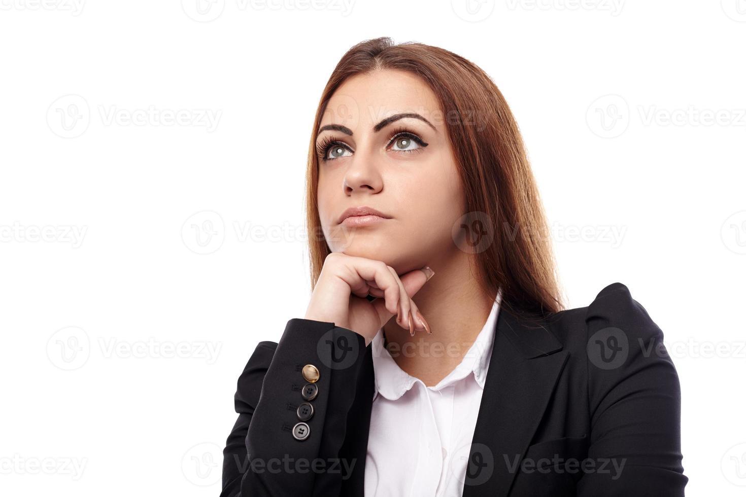 Geschäftsfrau, die mit der Hand am Kinn denkt foto