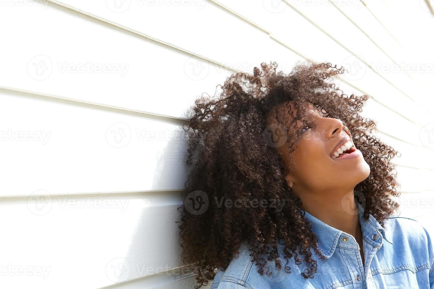 schöne junge Frau, die draußen lacht foto
