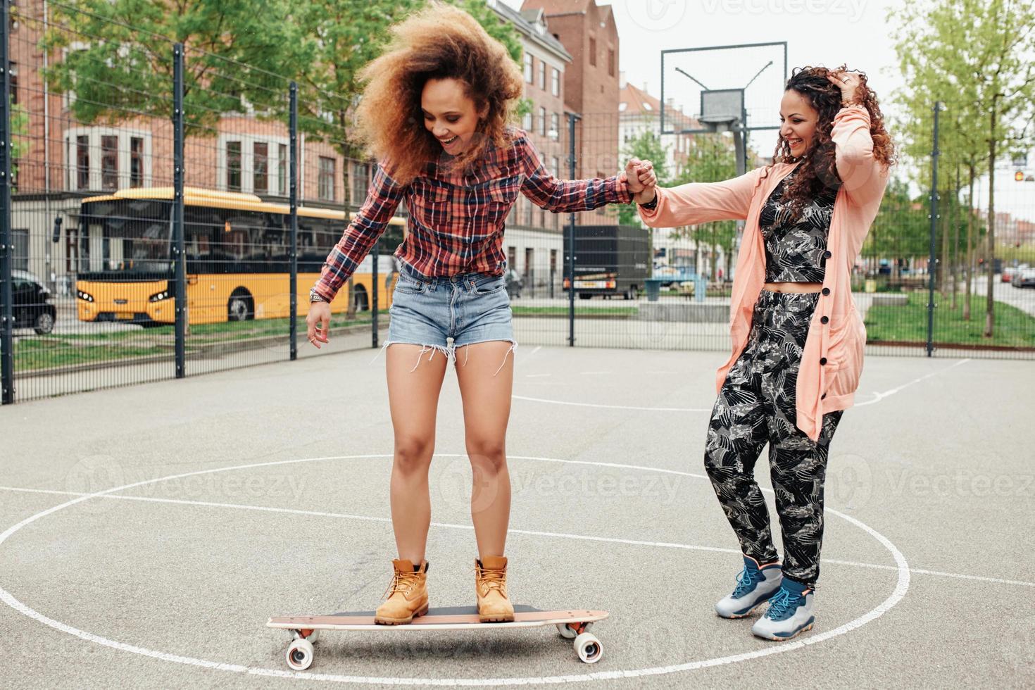 Frau lernt Skateboard fahren foto